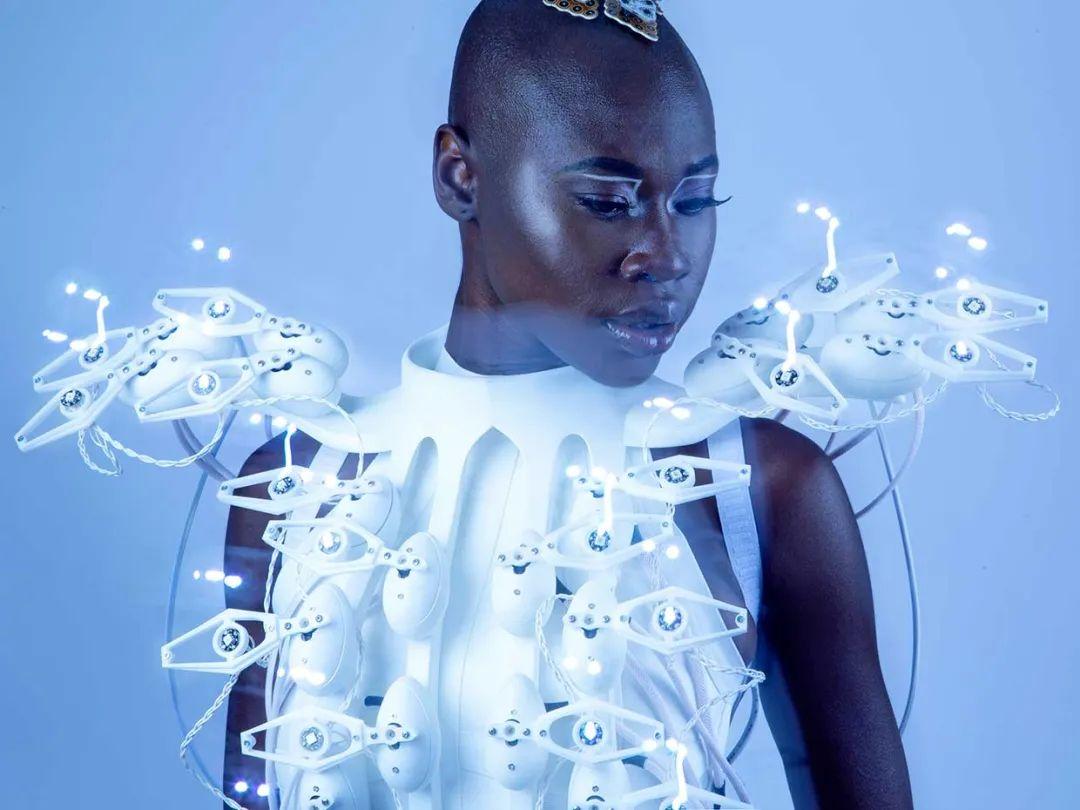 3D打印礼服背后的技术 – 实现无线和无电池的外骨骼