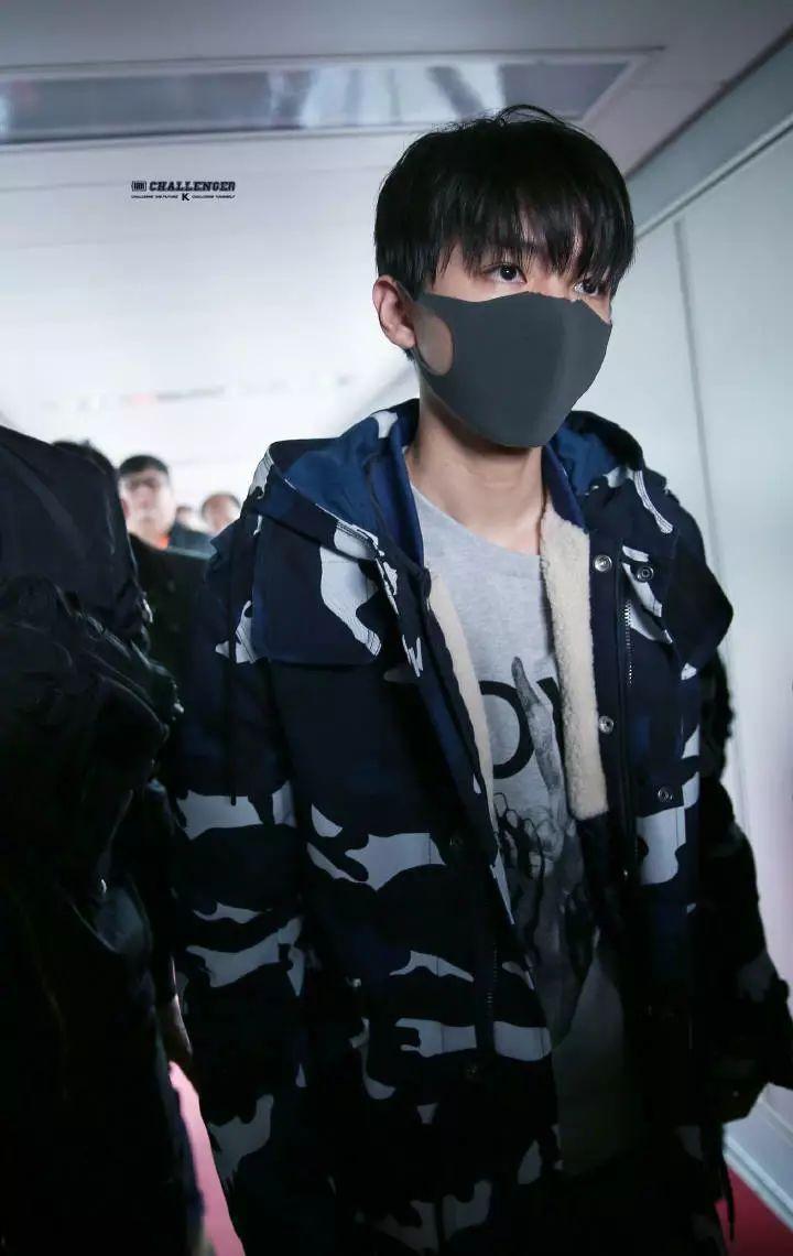 王俊凯时隔多天现身机场,口罩被剪,粉丝:老幺剪的