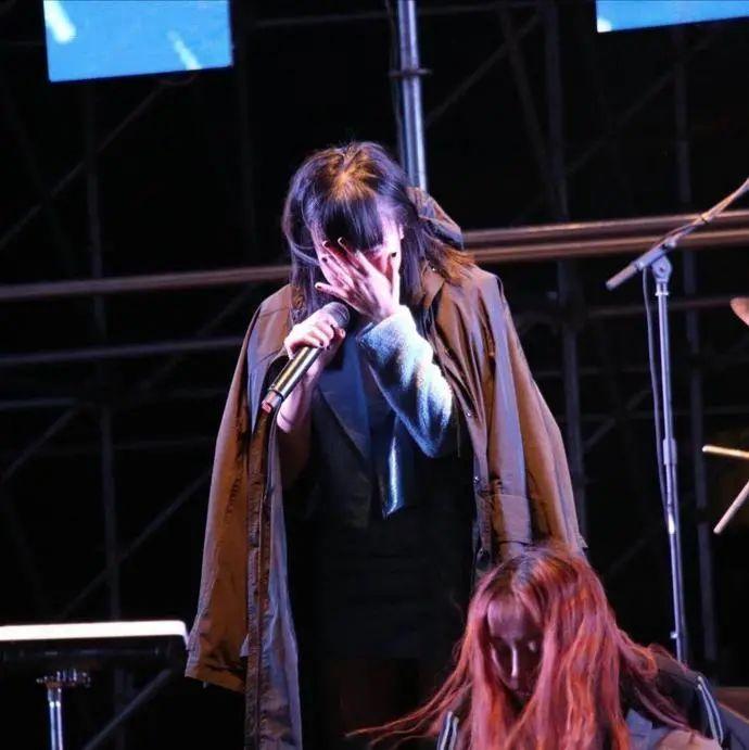 演出时摔下舞台多处受伤!她也太惨了...